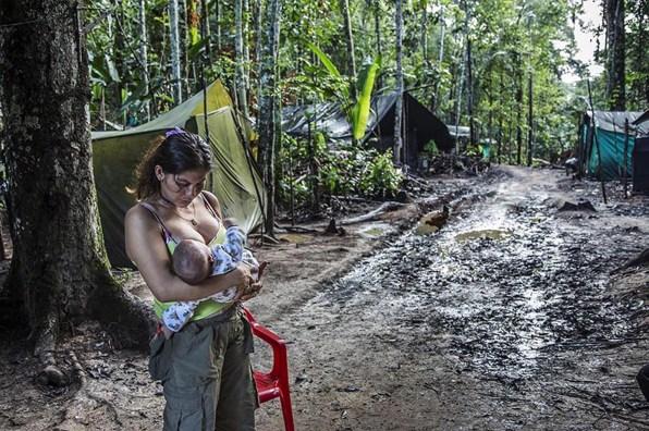 """Olga, c'est son prénom de guerre ; elle s'appelle Angelina. Elle est rentrée dans la guérilla à 11 ans, après avoir été mise à la porte par sa mère et que son beau-père a tenté d'abuser d'elle. Avec les FARC, elle a trouvé une famille. Et l'amour des armes. Les six dernières années, elle travaillait dans l'unité des explosifs où elle a rencontré Farid, le père de son fils. C'est l'une des premières ex-guérilleras à être tombée enceinte à l'intérieur des camps dans la jungle, sans vraiment l'avoir planifié. © Catalina Martin-Chico / Cosmos Lauréate du Prix Canon de la Femme Photojournaliste 2017 Nom de guerre: Olga. Real name: Angelina. Joined the FARC at the age of 11, thrown out of home by her mother, and after her stepfather attempted to abuse her. With the FARC she found a family, and fell in love with weapons. In the last six years, she worked in the explosives unit where she met Farid who is the father of her son. She was one of the first former female guerrillas to become pregnant while inside a jungle camp, although it was not really a planned pregnancy. © Catalina Martin-Chico / Cosmos Winner of the 2017 Canon Female Photojournalist Award Photo libre de droit uniquement dans le cadre de la promotion de la 30e édition du Festival International du Photojournalisme """"Visa pour l'Image - Perpignan"""" 2018 au format 1/4 de page maximum. Résolution maximale pour publication multimédia : 72 dpi Mention du copyright obligatoire. The photos provided here are copyright but may be used royalty-free for press presentation and promotion of the 30th International Festival of Photojournalism Visa pour l'Image - Perpignan 2018. Maximum size printed: quarter pageMaximum resolution for online publication: 72 dpi Copyright and photo credits (listed with captions) must be printed."""