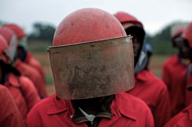 "9 février 2017. Les Fourmis rouges, en tenue caractéristique (combinaison et casque rouges), en ordre serré, quasi militaire, avant une intervention. February 9, 2017. The Red Ants, in their trademark red overalls and helmets, line up in military formation before an operation. © James Oatway Photo libre de droit uniquement dans le cadre de la promotion de la 30e édition du Festival International du Photojournalisme ""Visa pour l'Image - Perpignan"" 2018 au format 1/4 de page maximum. 