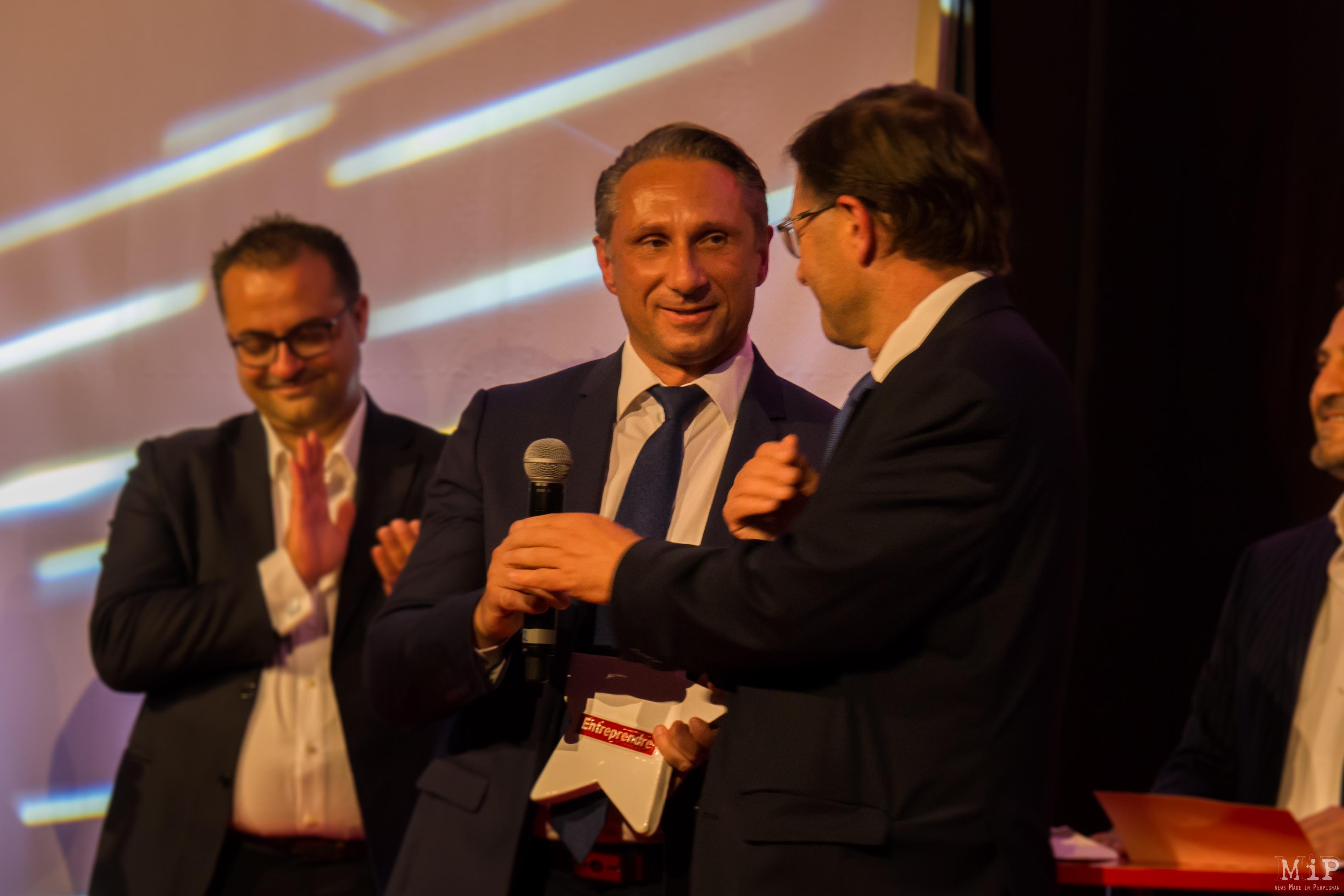 Stephan Français reçoit le trophée d'entrepreneur de l'année des mains de Robert Lafont