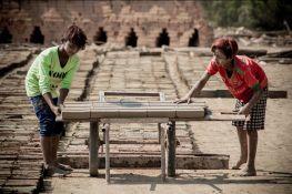 Kyi Za Lo Oo et May Mya, 13ans et 14 ans étalent les briques fraichement sorti de la machine pour un pré-séchage. Les deux adolescents ont très peu connu l'école. Ici, les conditions sont un moyen de rester ensemble