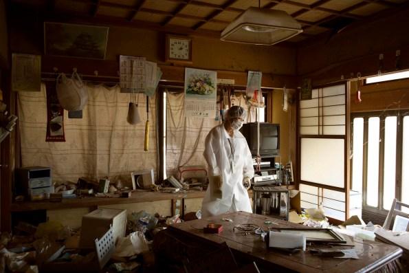 """Le 11 mars 2011, à la suite d'un tremblement de terre de magnitude 9 et du tsunami qui a suivi, trois réacteurs de la centrale nucléaire de Fukushima ont explosé. 32 millions de Japonais ont été exposés aux radiations. On craint 10 000 cas de cancers liés à la catastrophe. March 11, 2011. The magnitude 9 earthquake and tsunami that struck caused three reactors at Fukushima Daiichi Nuclear Power Plant to explode. Up to 32 million people in Japan were exposed to radiation, and it is feared that there may be as many as 10,000 cases of cancer related to the disaster. © Samuel Bollendorff Photo libre de droit uniquement dans le cadre de la promotion de la 30e édition du Festival International du Photojournalisme """"Visa pour l'Image - Perpignan"""" 2018 au format 1/4 de page maximum. Résolution maximale pour publication multimédia : 72 dpi Mention du copyright obligatoire. The photos provided here are copyright but may be used royalty-free for press presentation and promotion of the 30th International Festival of Photojournalism Visa pour l'Image - Perpignan 2018. Maximum size printed: quarter pageMaximum resolution for online publication: 72 dpi Copyright and photo credits (listed with captions) must be printed."""