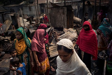 "Dans le quartier d'Abdullahpur, en bordure de la rivière Tongi Khal, 22 familles ont perdu leurs cases dans un incendie. Toutes les femmes travaillent dans l'industrie polluante du textile. La saturation démographique dans Dhaka oblige de nombreuses familles à vivre dans la précarité et la promiscuité. In the neighborhood of Abdullahpur on the Tongi Khal River, the huts of 22 families were destroyed by fire. Local women work in the textile industry which causes high levels of pollution. With the population of Dhaka, families live in difficult, overcrowded conditions. © Gaël Turine / MAPS Photo libre de droit uniquement dans le cadre de la promotion de la 30e édition du Festival International du Photojournalisme ""Visa pour l'Image - Perpignan"" 2018 au format 1/4 de page maximum. 