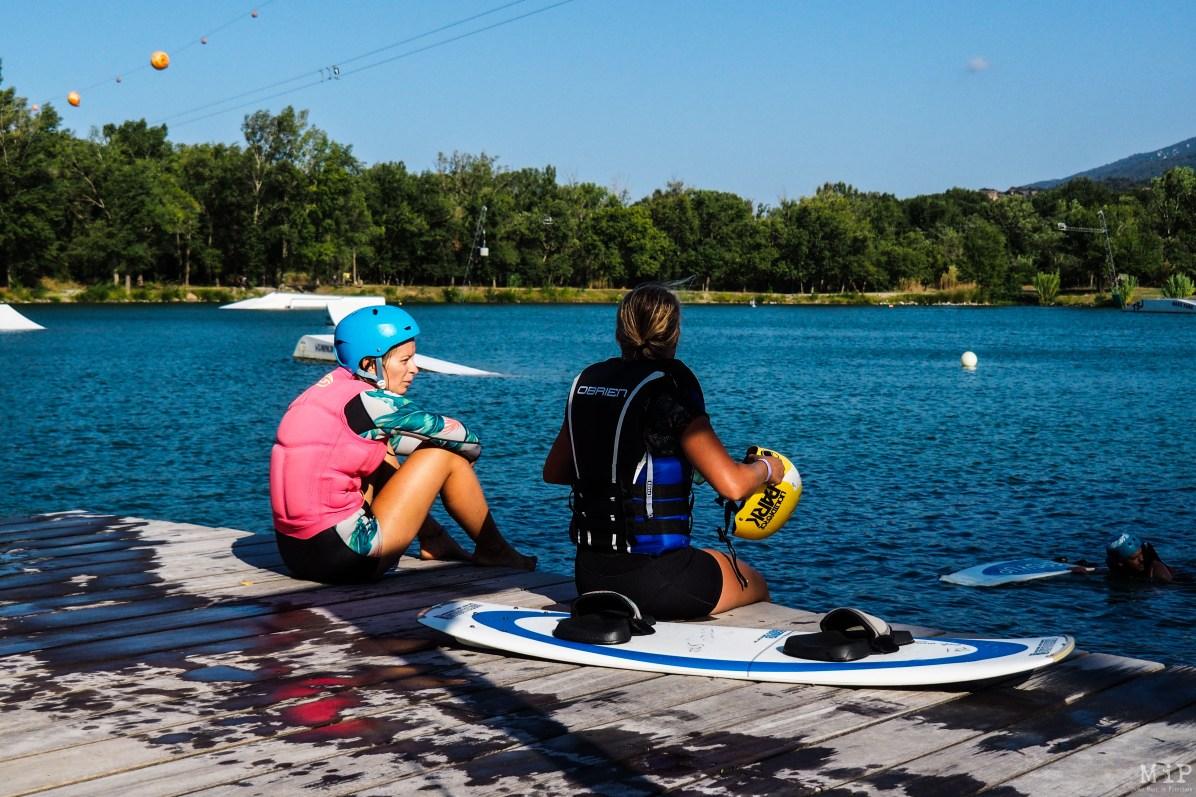 Le Wakeboard est un sport ou un loisir (selon les pratiques) où la parité est de mise. Aucune distinction technique entre les sexes. Même plan d'eau, même modules, même matériel et téléski.