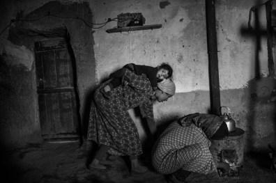 Une femme qui prépare le feu dans la région d'imilchil le 04.01.2017 - Agence VU