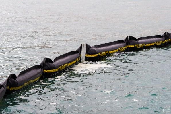 Boudin flottant équipé d'un dispositif de type jupe qui agit comme une barrière