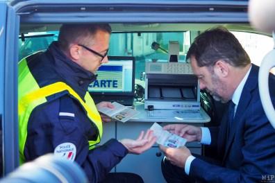 Christophe Castaner teste la lutte contre la fraude documentaire à bord du laboratoire d'analyse mobile