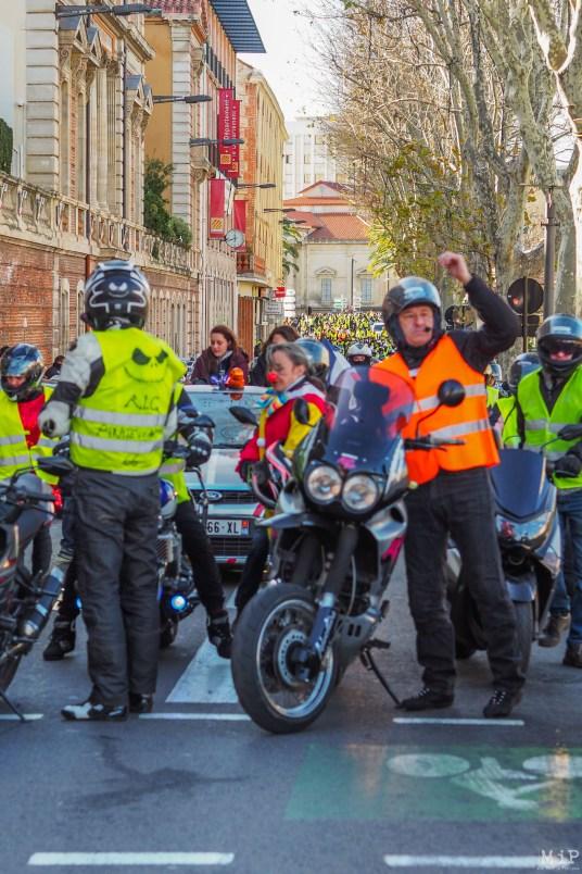 Les motards font depuis le début du mouvement partie intégrante des défilés. Ce samedi matin, ils étaient environ 150 motards à jouer de la manette des gaz sous les fenêtres du Préfet du département