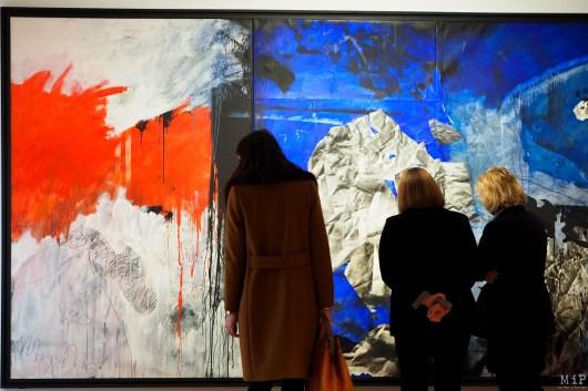 Ses toiles démesurées font apparaître des couleurs très tranchées, comme un monde particulièrement violent