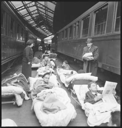 Paul Senn accompagne un convoi de secours lors de la guerre civile espagnole et fait un reportage qui paraît dans un numéro spécial de la Zürcher Illustrierte