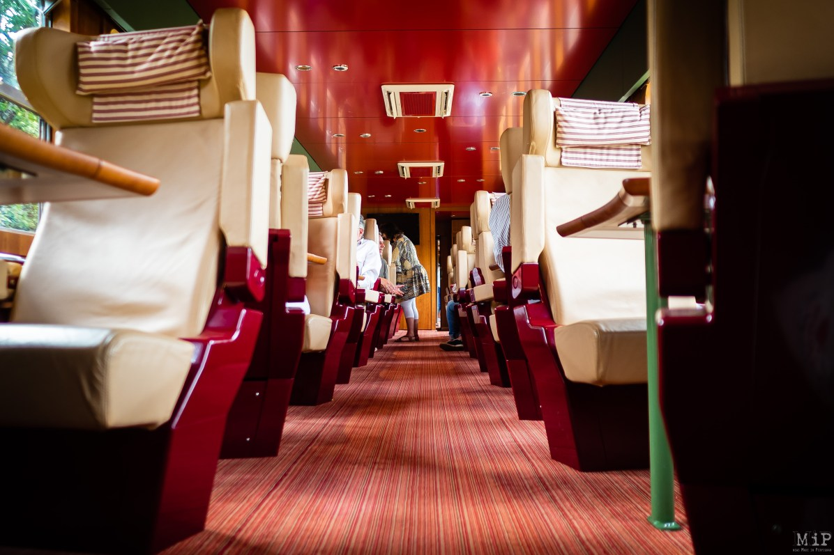 Voyage en première classe. L'autorail French Rail Cruises a été créé en 2000 à l'initiative de Michel Gondard spécialiste du tourisme haut de gamme basé sur Bordeaux.