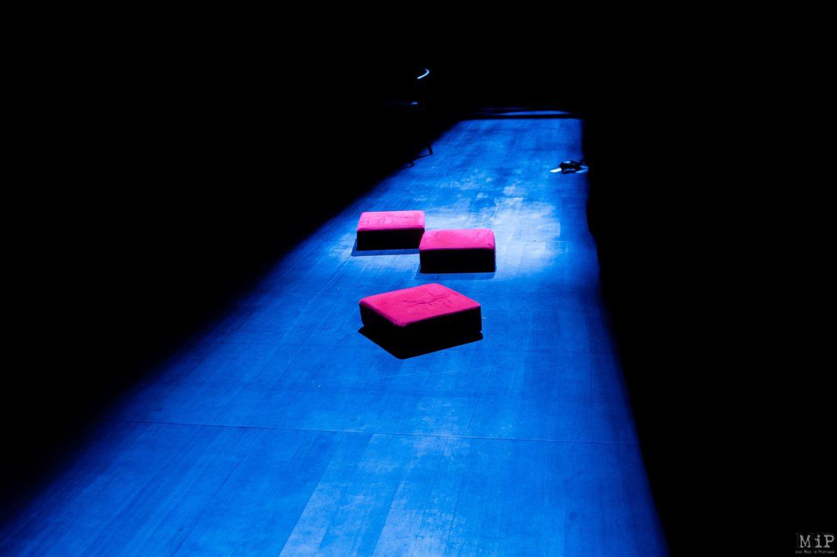Théâtre de l'Archipel Perpignan Vues Aujourd'hui Musique Conception, création sonore et construction parVincent Martial.Clémentine Poquetà mise en lumière et vidéo etYragael Gervais aide à la programmation