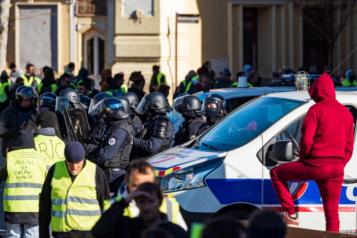 Le 5 Janvier est marqué par l'entrée forcée par des manifestants du ministère de Benjamin Griveauxavec un engin de chantier. Le 12 Janvier, un large dispositif est déployé au centre-ville. Le Castillet - Perpignan.