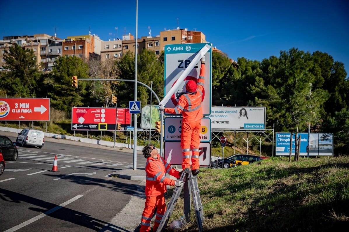 Photo installation panneau ZBE Barcelone CreditPhoto Presses AMB