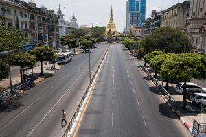 La pagode Sule, site religieux situé au milieu d'un des rond-points habituellement très fréquenté de Yangon, le 13 avril. © Ludivine Paques