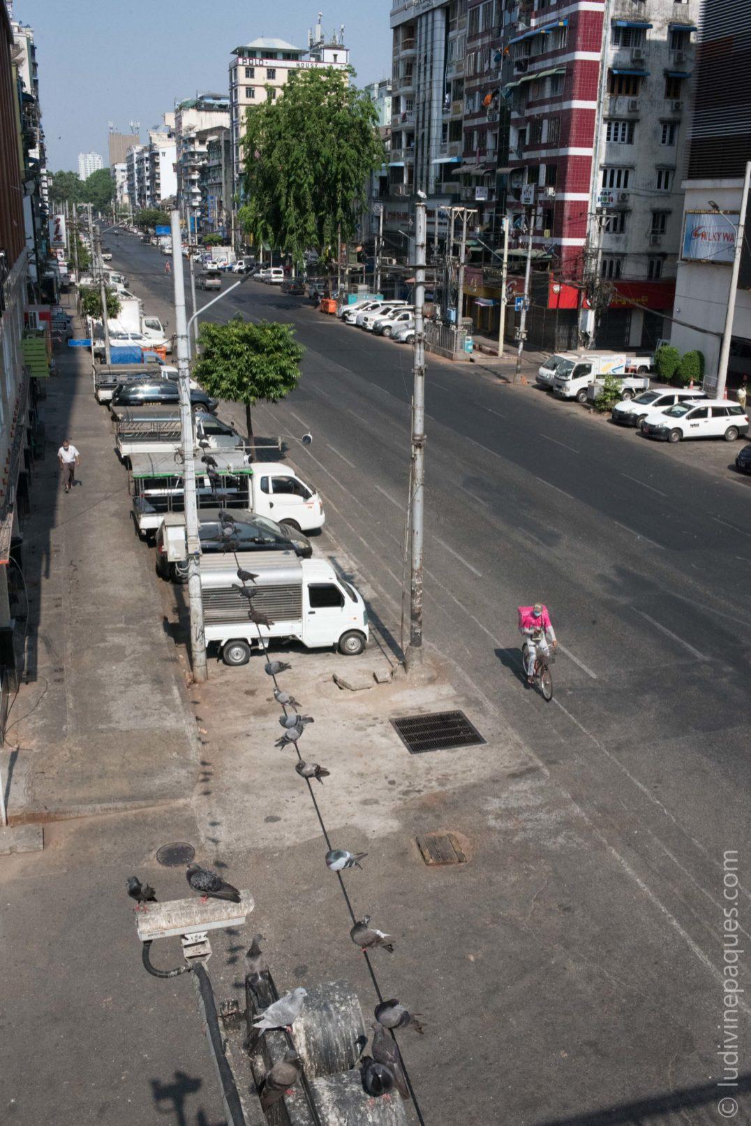 les larges boulevards de Yangon ne résonnent plus du bruit des klaxons et des vendeurs de rue. © Ludivine Paques