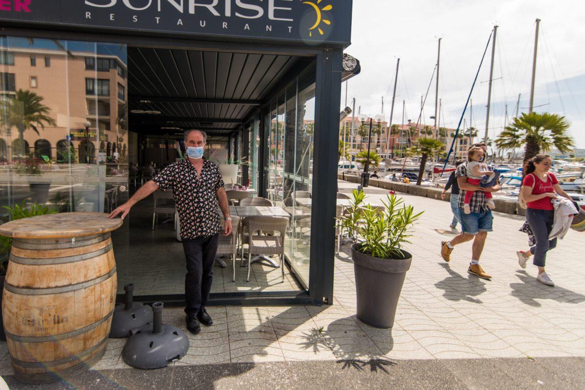 Richard et son restaurant au port, aménagé suite aux mesures sanitaires.