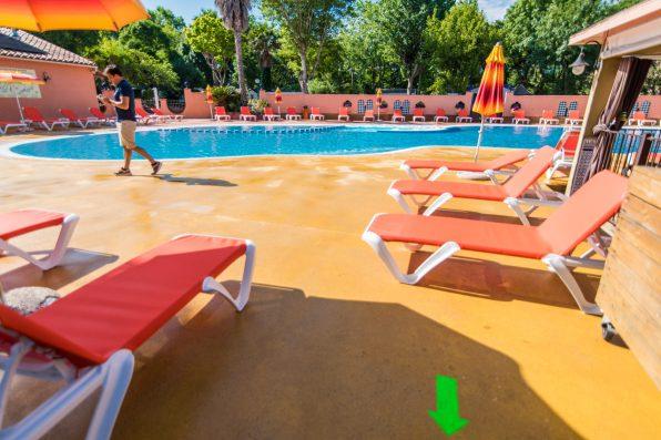 La piscine du camping après la phase de nettoyage. Les transats sont soigneusement separés, l'accès au bassin limité. Photo Stéphane Ferrer Yulianti