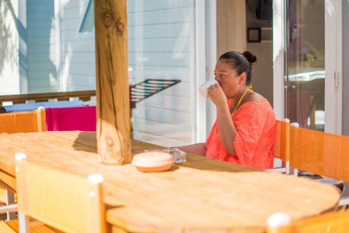 Alexandra, vacancière venue en famille profite du peu de clients dans le camping à cause de la crise sanitaire.