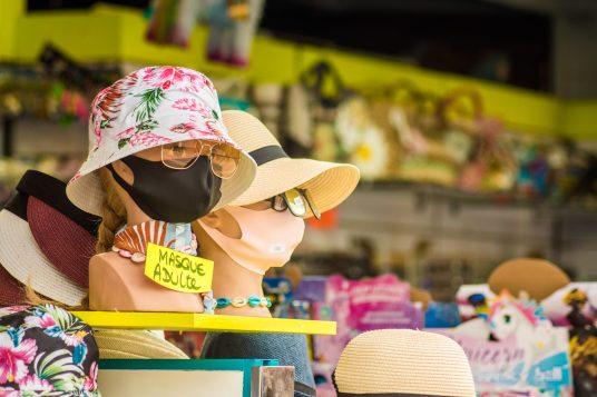 Masque à la mode à vendre dans un magasin de souvenirs, à Argelès-sur-Mer.