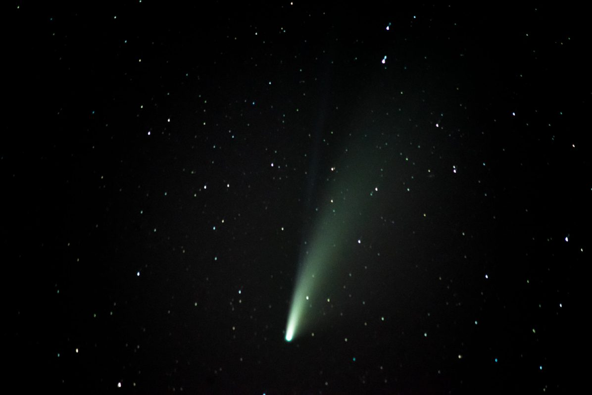 Neowise comet in the sky above Perpignan. Photography by Stephane Ferrer Yulianti. La comete neowise dans le ciel au dessus de Perpignan. Photographie de Stephane Ferrer Yulianti.
