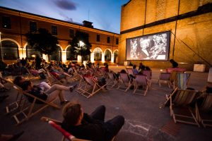 Des spectateurs regardent un film durant une projection en plein air. Photographie de Stephane Ferrer Yulianti.