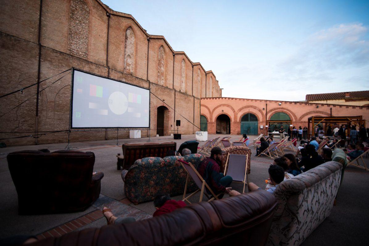 Des spectateurs regardent un film durant une projection en plein air. Photographie de Stephane Ferrer Yulianti.