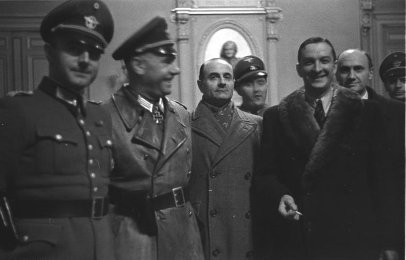 René Bousquet (avec col de fourrure, le 2e en partant de la droite) à l'hôtel de ville de Marseille le 23 janvier 1943, pendant la rafle de Marseille. Crédit photo : Bundesarchiv, Bild 101I-027-1475-38 / Vennemann, Wolfgang / CC-BY-SA 3.0