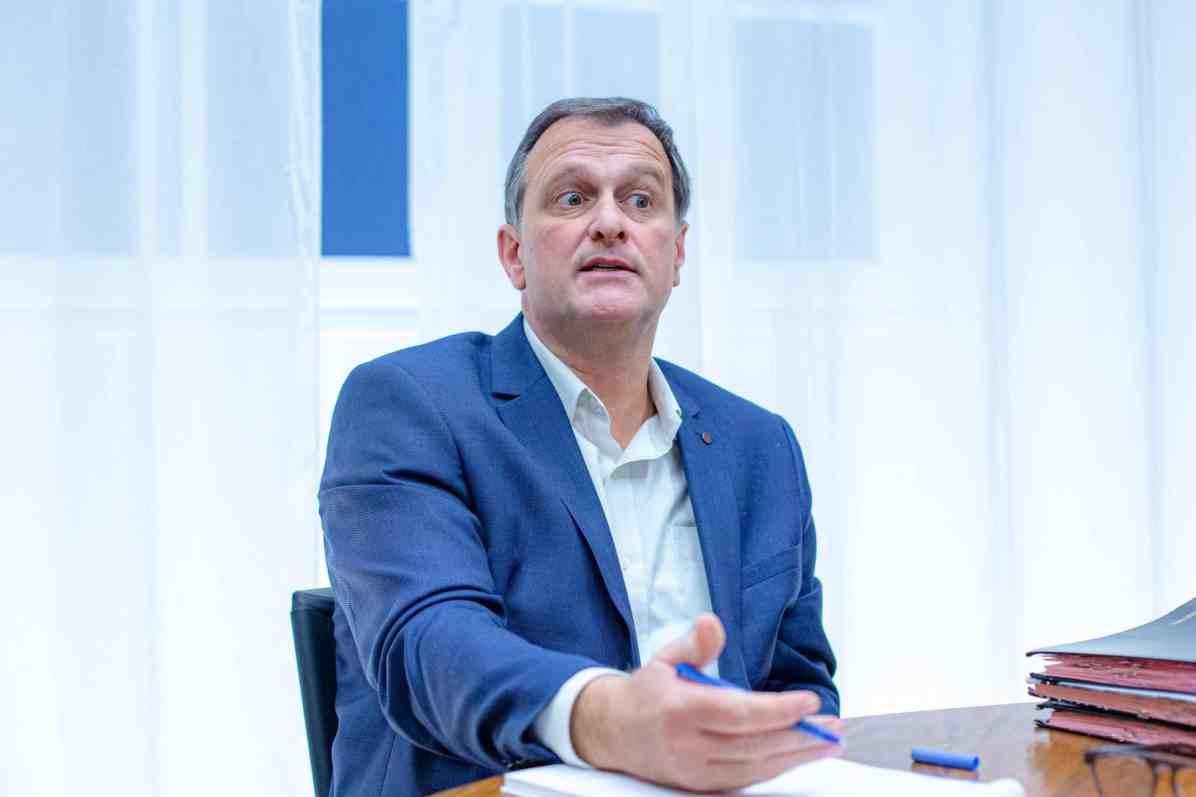 Louis Aliot, maire Rassemblement National de Perpignan, dans son cabinet. Mairie de Perpignan, Perpignan, France. Le 9 novembre 2020. Photographie de Idhir Baha.