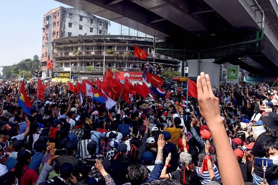 Les manifestants contre le coup d'État militaire à Rangoun © VOA Burmese