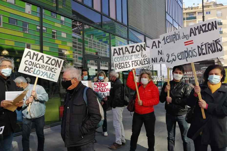 Perpignan lundi 15 mars , Un groupe vigie de l'association Alternatiba66 a manifesté devant le siège de l'agglomération, pour renouveler son opposition au projet de la multinationale Amazon