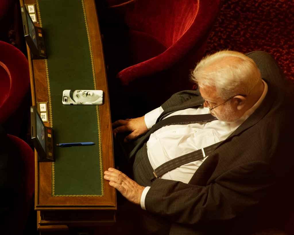 Sénateur durant la séance des questions d'actualité au Gouvernement. Sénat, Palais du Luxembourg, Paris, 24 juin 2020.