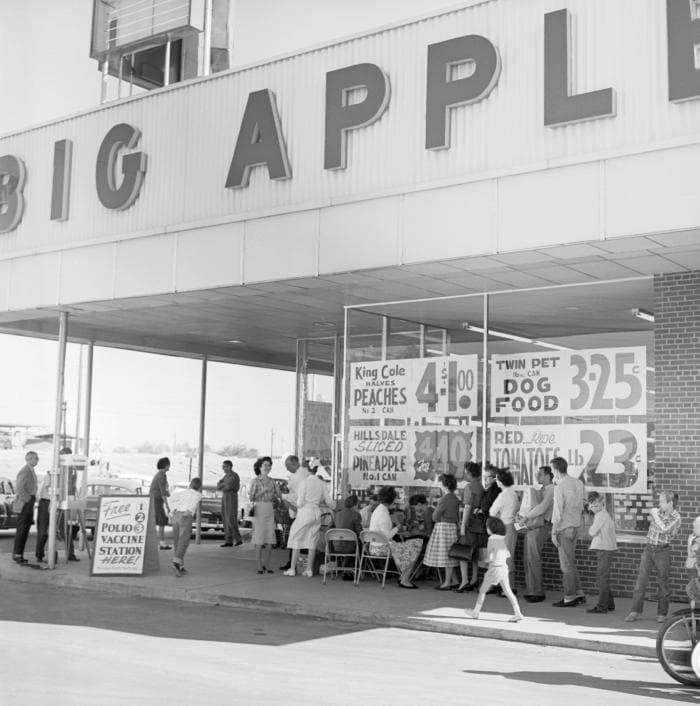 Des habitants font la queue devant le magasin Big Apple pour se faire vacciner contre la polio, pendant la campagne de vaccination. Columbus, Géorgie © CDC PHIL Charles N. Farmer.