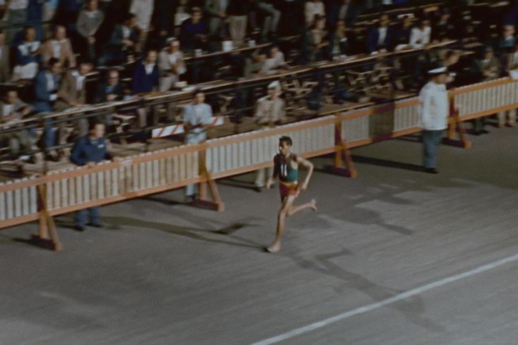 L'Éthiopien Abebe Bikila remporte le marathon aux JO de Rome 1960. © 1960 Comité International Olympique (CIO)