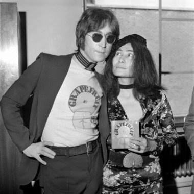 yoko-ono-launches-new-book-john-lennon-signing-copies-of-grapefruit-at-selfridges-july-1971