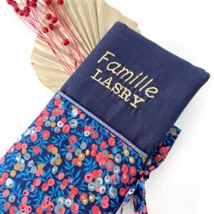 Broderie sur carnet de famille en tissu