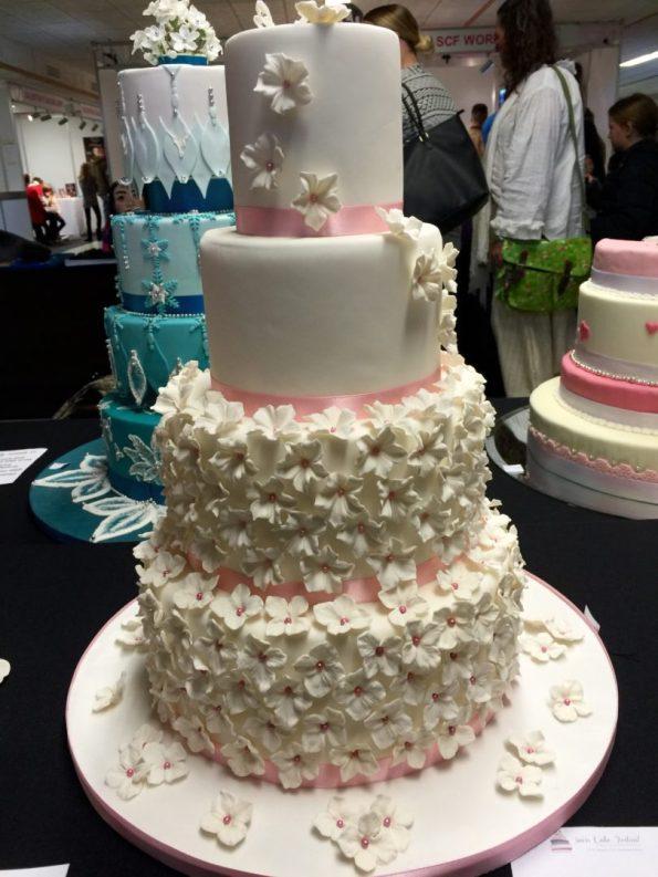 Hochzeitstorte weiss rosa Zuckerblumen Blüten Hortensien