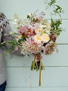 Brautstrauss locker gebunden Englische Rosen Dalien Margeriten Blush Pastell