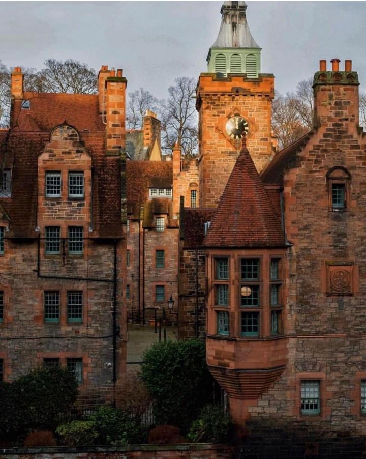 Edimburgo: Dean Village, uno scorcio che rappresenta i bellissimi palazzi di mattoni rossi del villaggio