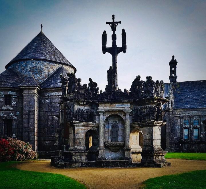 GUIMILIAU: l'immagine dell'ingresso del complesso dell'encols paroissial