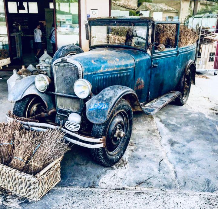 Les Agnes un'antica auto carica di lavanda