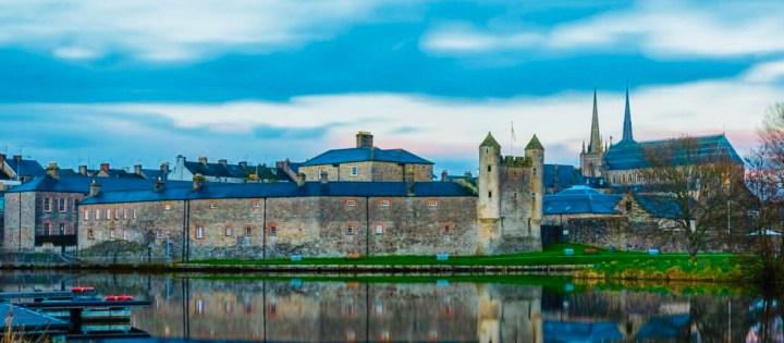 Castelli d'Irlanda: Enniskillen Castle. L'immagine raffigura l'immensa struttura del castello sulle rive del fiume Erne
