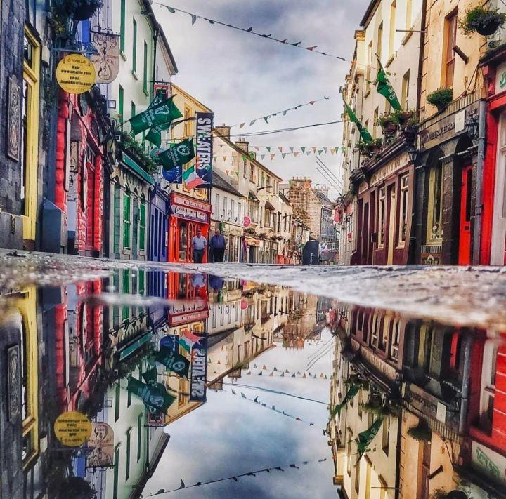 Galway la via principale con le vetrine colorate
