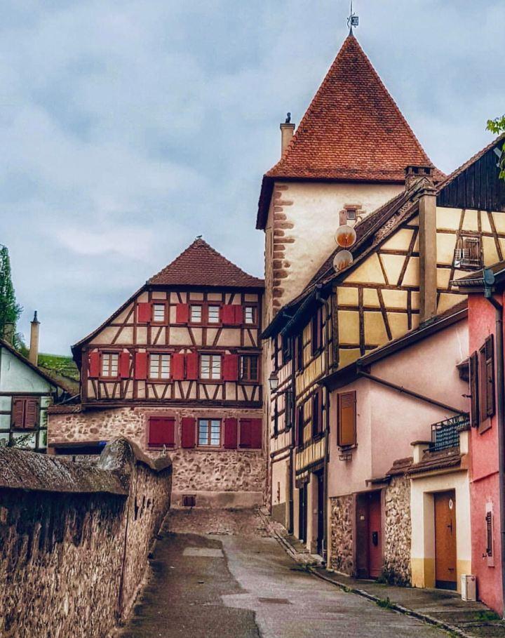 TURCKHEIM Alsazia, uno scorcio che mostra le tipiche case a graticcio