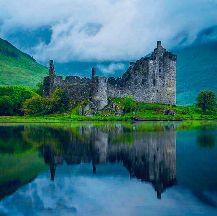Castelli Scozzesi: Kilchurn Castle, e la sua magnifica posizione sulle sponde del Loch Awe, alle spalle montange e la cima del Ben Cruachan coperte dalla foschia