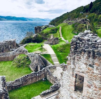 Castelli Scozzesi: scorcio delle rovine di Urquhart Castle e delle rive del Loch Ness