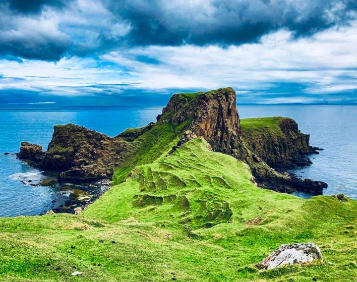 Isola di Skye: Brothers Point. L'immagine del paesaggio scozzese la roccia ricoperta da prati verdi che si tuffa nell'Oceano Atlantico