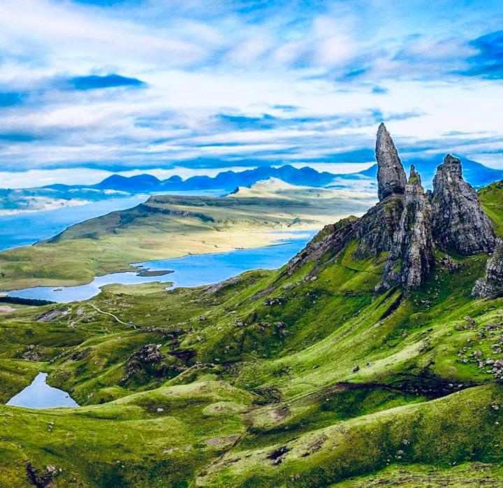 Isola di Skye: Old Man of Storr, l'immagine rappresenta il monolite immerso nel paesaggio scozzese: roccia, prati versi e il loch