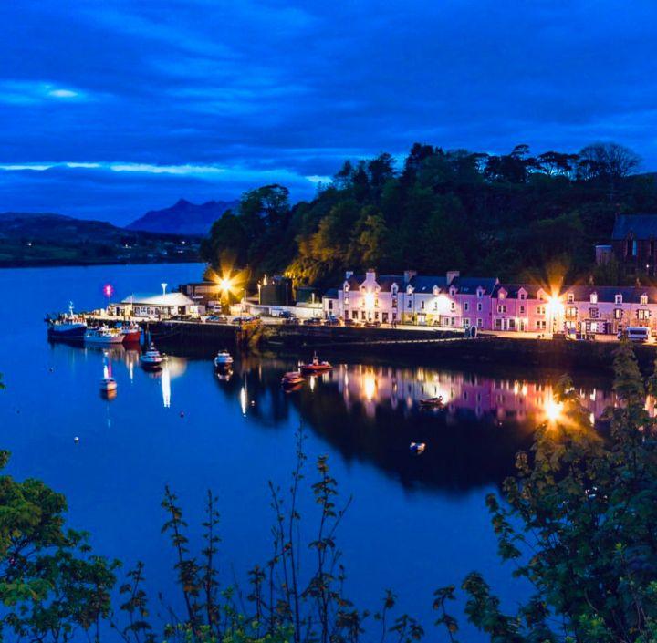 Isola di Skye: vista sulle famose case colorate di Portree che affacciano sul porto