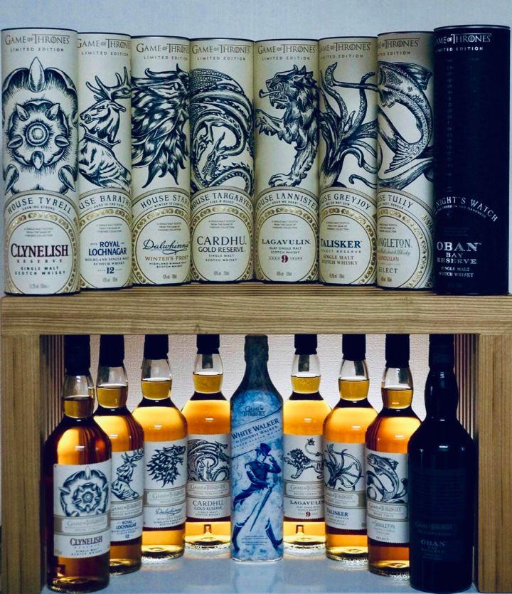 Isola di Skye: Talisker Distillery immagine delle bottiglie in esposizione