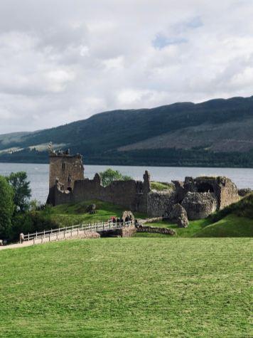 Loch Ness e Urquhart Castle, il castello visto dall'ingresso del museo